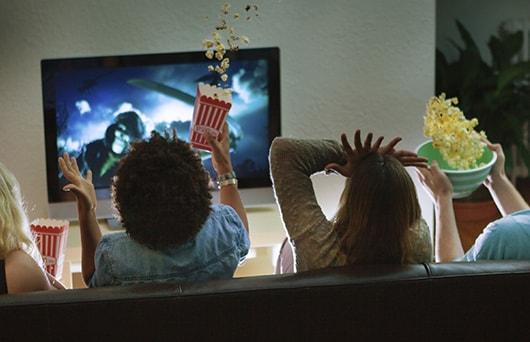 Windows ストアからの映画を見る人々