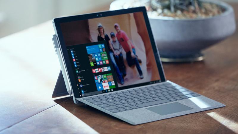 机上の Surface Pro 4。