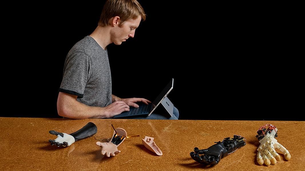 Surface Pro で作業するイーストン