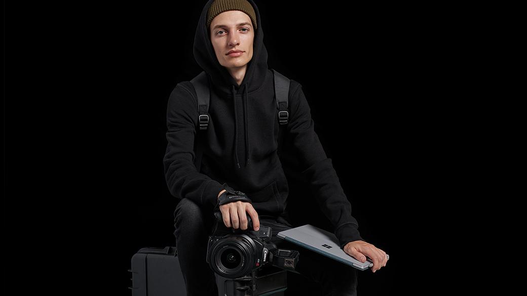 Surface Pro とカメラと共に写る Edsta さん。