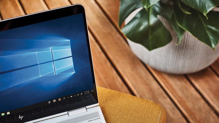 Windows 10 の画面が見えるノート PC デバイス