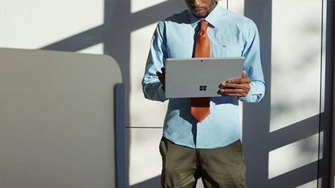 タブレット モードの Surface Pro 4 でタッチスクリーンを使用する人。