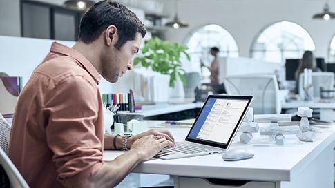 Surface Book で仕事をする男性。