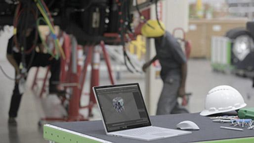 修理工場で、 AutoCAD ソフトウェアが画面に表示された Surface Book 2。