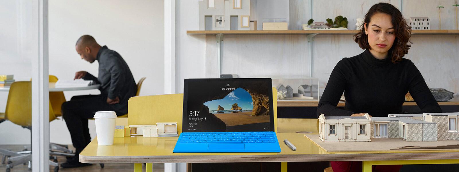 タイプ カバーを装着した状態の Surface Pro 4 とタブレット モードの状態でテーブル上に置いてある Surface Pro 4 を上からみた図。