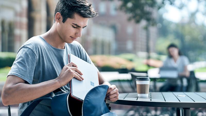 Surface Pro を使って外で学習している 2 人の生徒。