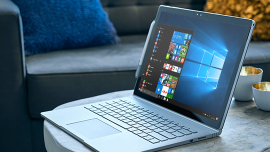 Windows 10 スタート メニューが表示された Microsoft Surface Book