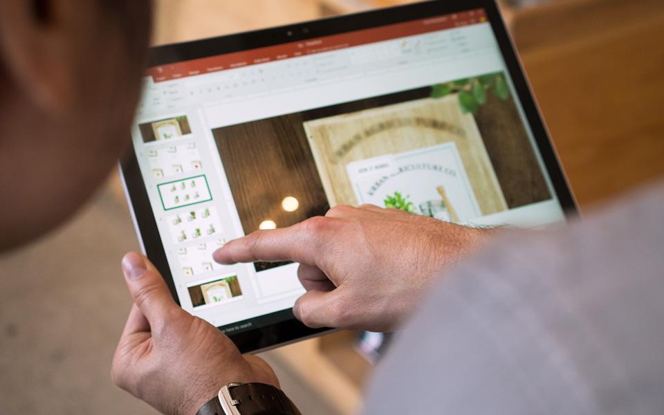PowerPoint が Windows タブレット コンピューターに表示されています