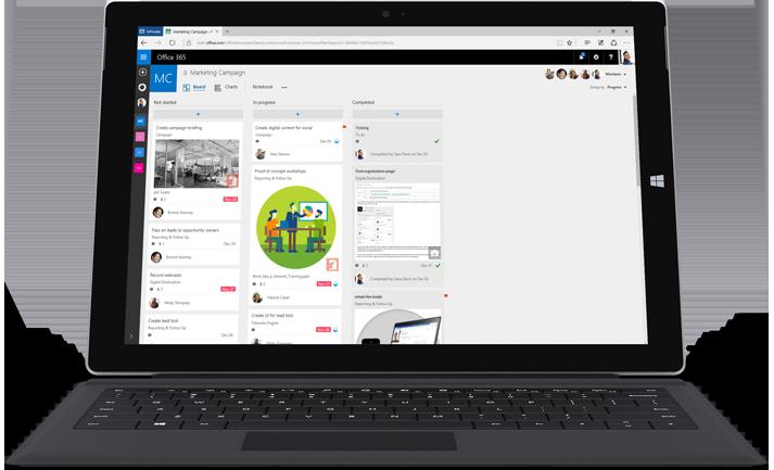 チームのタスクや情報を管理する Microsoft Planner が表示されているノート PC やタブレット。