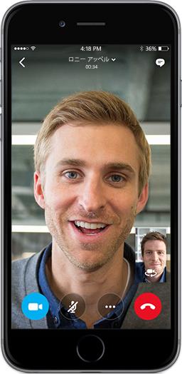 スマートフォンの画面に、2 人の男性がモバイル デバイス用の Skype for Business アプリで会話している状態が表示されています