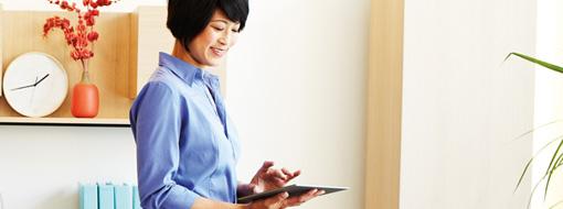 タブレットで作業する女性、チームがネットワークのようにつながって作業する方法について e-Book を読む