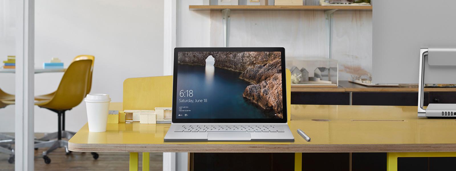黄色いテーブルの上の Microsoft Surface Book。