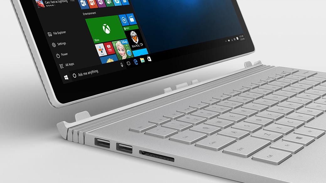 Windows 画面が開かれた状態の Surface Book。