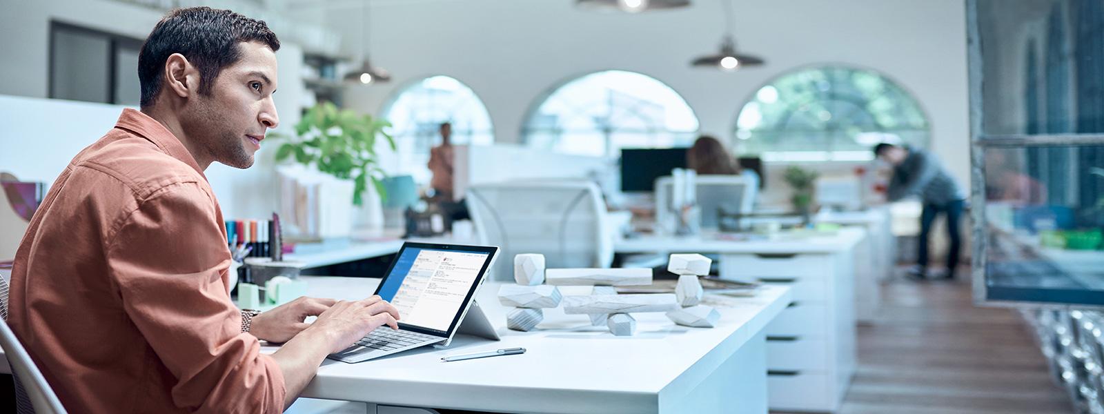 デスクの上に置かれた Surface Pro 4、大画面、そしてキーボード。