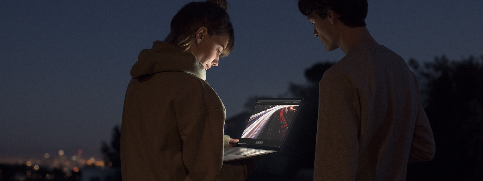 Surface の PixelSense™ を眺めている男性と女声
