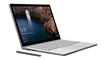 右を向いているラップトップ モードの Surface Book と Surface ペン