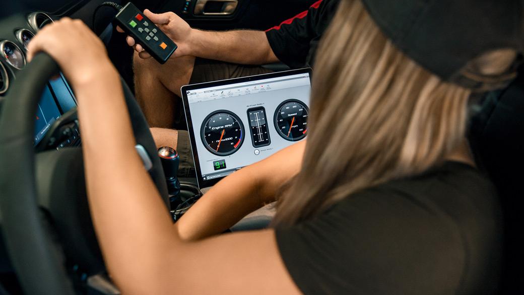 コレットが自家用車の車内で Surface Laptop を使用している