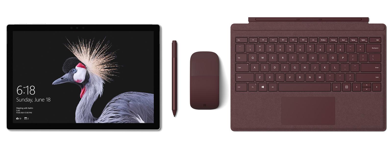 バーガンディの Surface Pro Signature タイプ カバー、 Surface ペンと Surface Arc Mouse を備えた Surface Pro の画像。Surface ペン附属