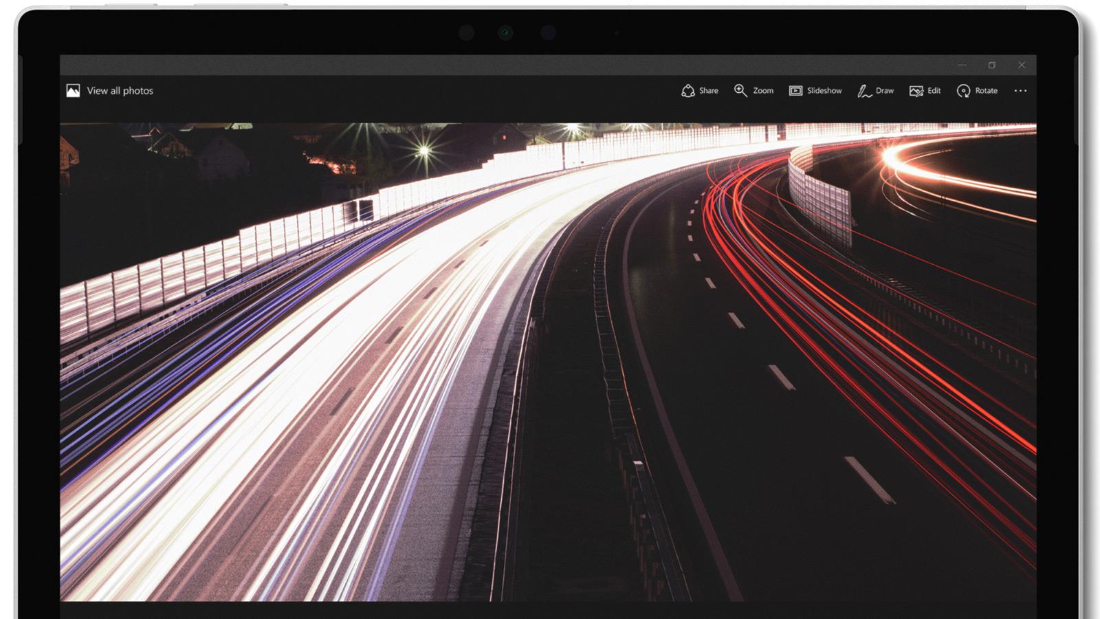Surface Pro の 12.3 インチ PixelSense™ ディスプレイは、美しい色と高い解像度をお届けします。