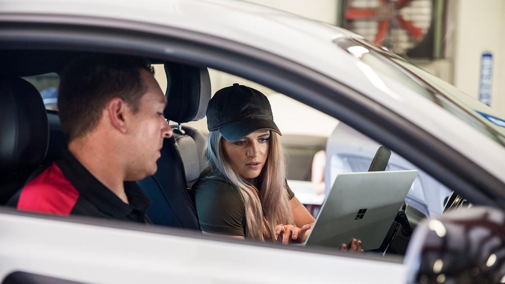 自家用車の車内で Surface Laptop を使用しているコレット