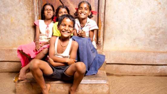 屋外で笑い合う少女たち
