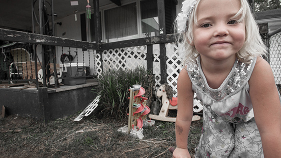 屋外で遊ぶ少女