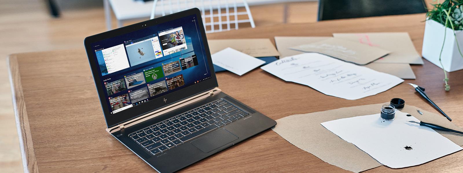 机の上に置かれたノート PC の画面に表示された Windows タイムライン