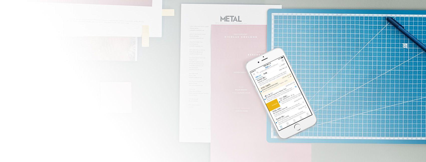 スマートフォンに Outlook アプリのメール受信トレイが表示されています