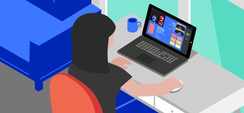 ქალი ზის მაგიდასთან და იყენებს ლეპტოპს