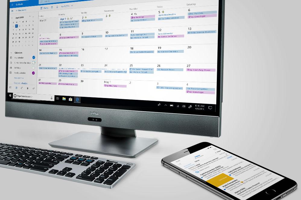 Outlook 앱이 표시된 휴대폰 옆에 놓여 있는 Outlook 화면이 표시된 Windows 10 올인원 컴퓨터