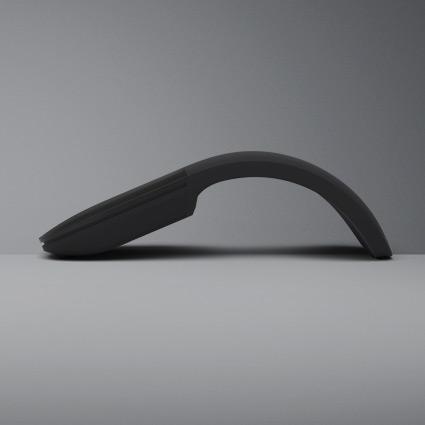 평평한 테이블에 놓여 있는 Surface Arc 마우스