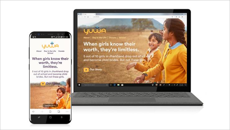 각각의 장치에 같은 웹 페이지가 표시된 iPhone과 PC