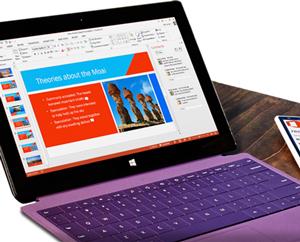 PowerPoint 프레젠테이션의 실시간 공동 작성을 보여 주는 태블릿입니다.