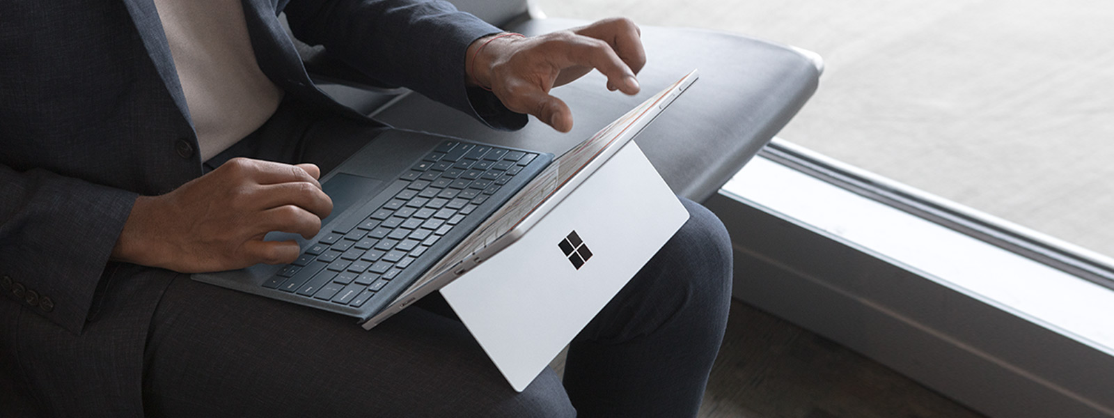 노트북 모드의 Surface Pro 6로 작업하는 남성