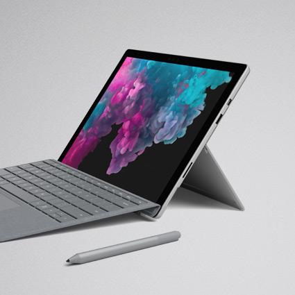 랩톱 모드로 배포된 킥스탠드에 세워 놓은 Surface Pro 6과 Aalcantara Surface 시그니처 타이핑 커버 및 Surface 펜