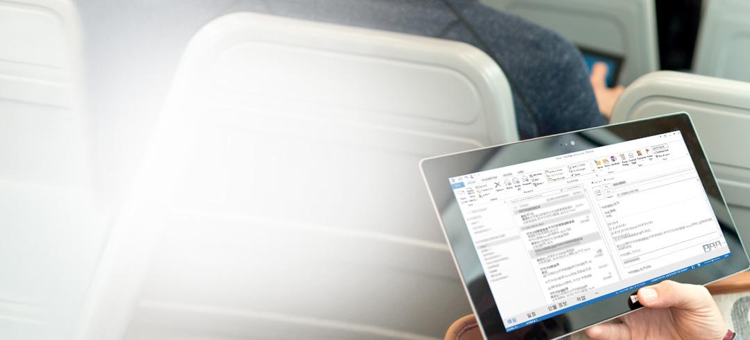 받은 편지함을 보여 주는 태블릿을 들고 있는 남자 Office 365로 어디서나 전자 메일에 액세스할 수 있습니다.