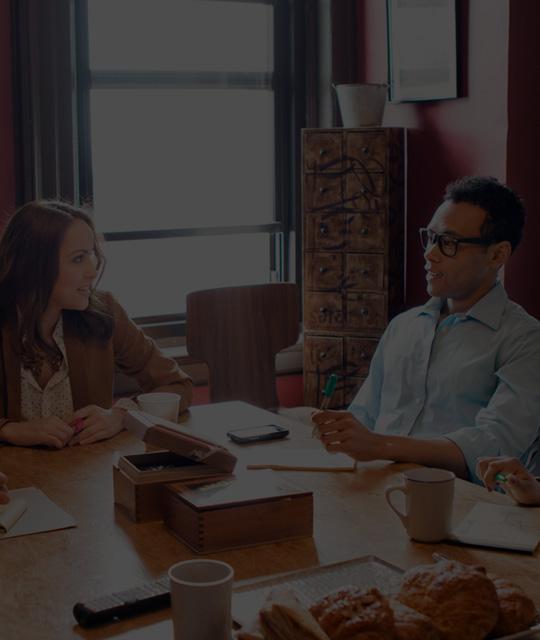 사무실에서 Office 365 Enterprise E3을 사용하여 작업 중인 4명의 사람