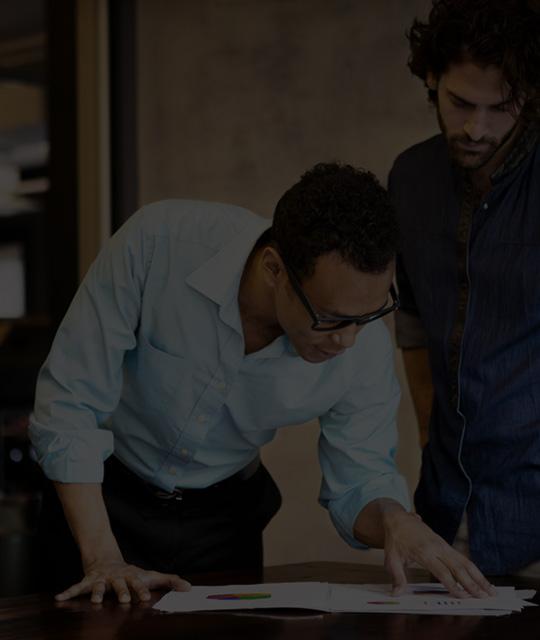 사무실에서 Office 365 Enterprise E4를 사용하여 작업 중인 두 남자
