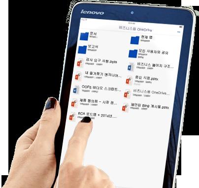 비즈니스용 OneDrive 파일 저장소를 사용하며 태블릿을 공유하고 있는 여자