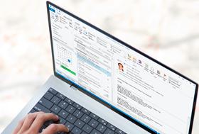 Outlook 2013에서 열린 인스턴트 메시징 회신 창을 보여 주는 랩톱입니다.