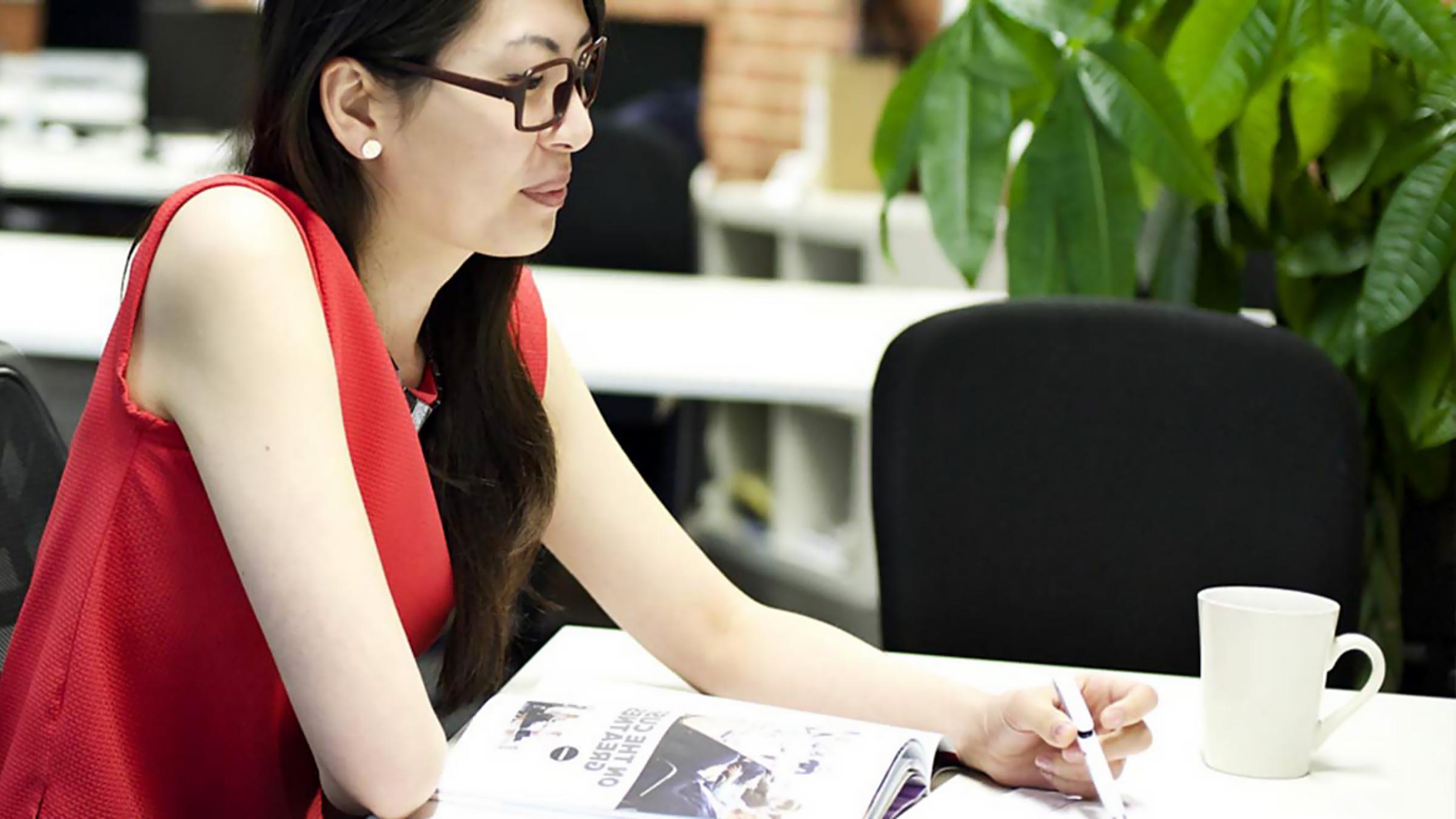 야외에서 Surface Book으로 작업 중인 여성