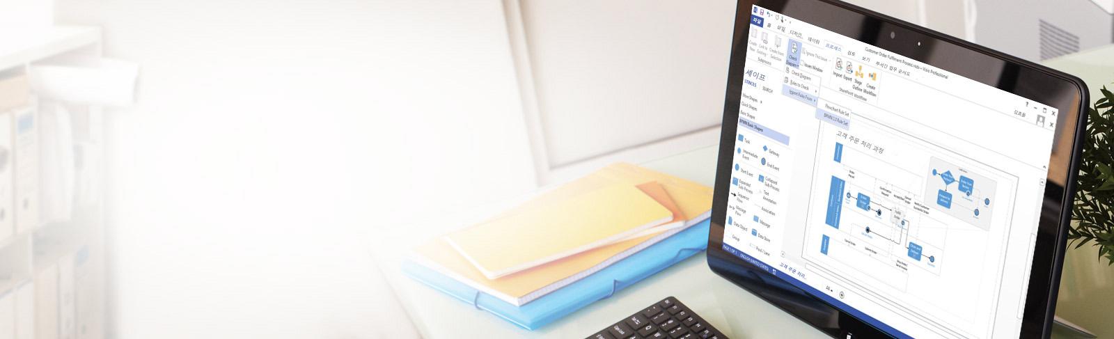 편집 리본 메뉴 및 창과 함께 Visio 다이어그램을 보여 주는 탁자 위에 놓인 태블릿 클로즈업