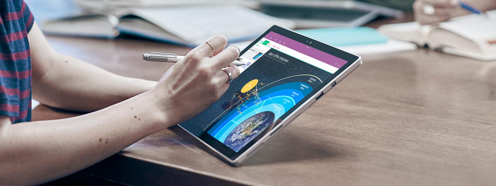 태블릿 모드의 Surface Pro 4에 Surface 펜을 사용해 그림을 그리고 있는 여자