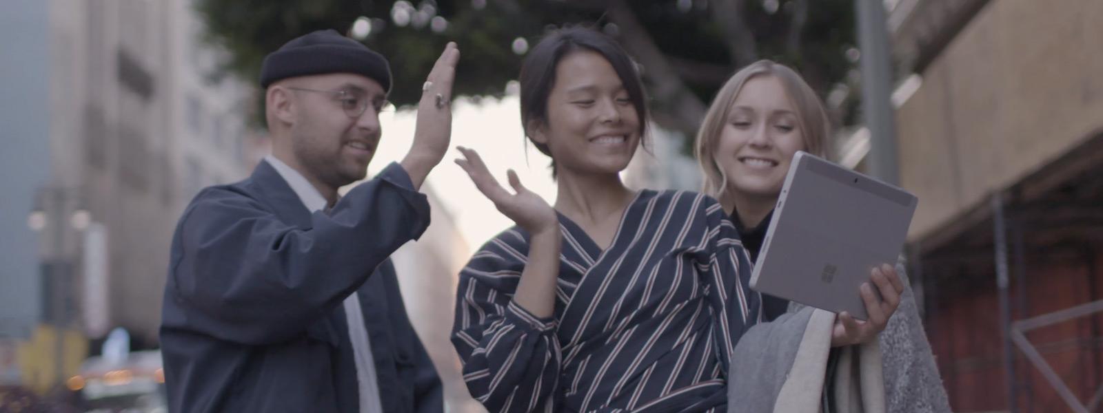 Surface Go로 화상 채팅하는 세 명의 사람
