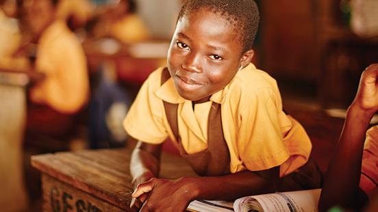 교실에서 미소를 짓고 있는 어린 소년