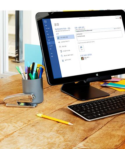 Microsoft Word의 공유 옵션을 보여 주는 PC 모니터입니다.