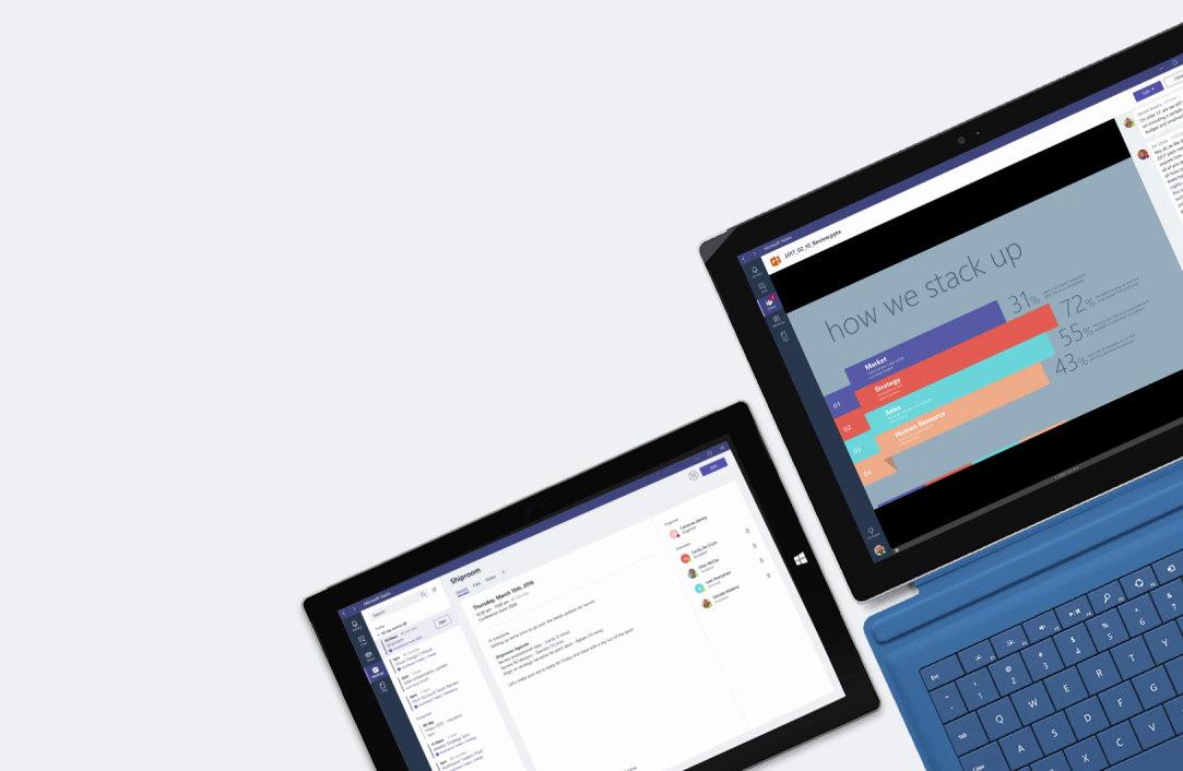 동료들 간에 이루어지고 있는 Microsoft Teams 채팅 창이 표시된 노트북