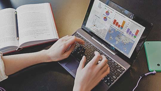 """CRM programėlė nešiojamojo kompiuterio ekrane; išmėginkite """"Dynamics CRM"""""""