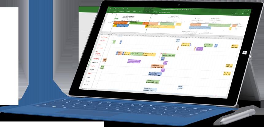 """""""Microsoft Surface"""" planšetinis kompiuteris, kurio ekrane rodoma """"Project Professional"""" su """"Project"""" projekto laiko planavimo juostos failas ir Ganto diagrama."""