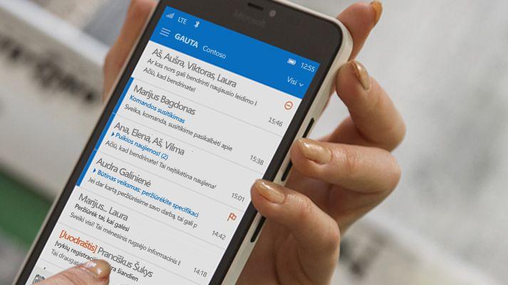 """Ranka, išmaniajame telefone bakstelėjanti laišką """"Office 365"""" el. laiškų sąraše."""